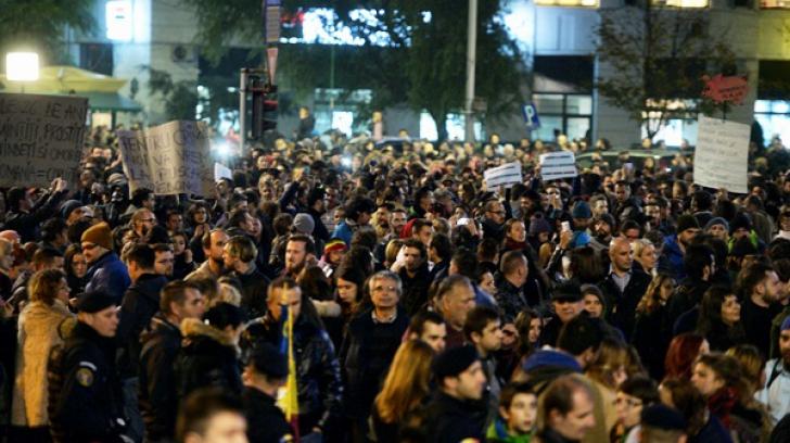 Au dat câte o foaie protestatarilor din București. Oamenii au plâns când au văzut ce scria pe ea