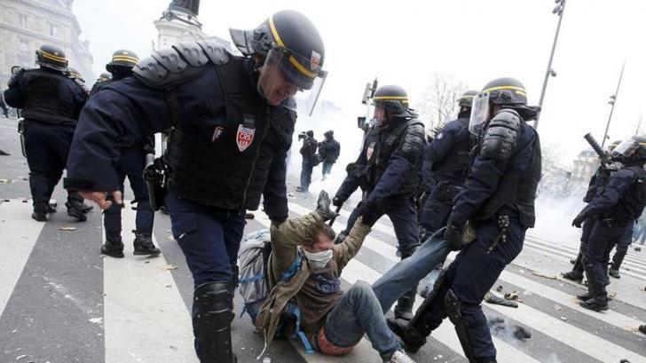<p>Proteste la Paris. 100 de oameni au fost arestaţi.</p> <p>Sursa: Le Figaro</p>