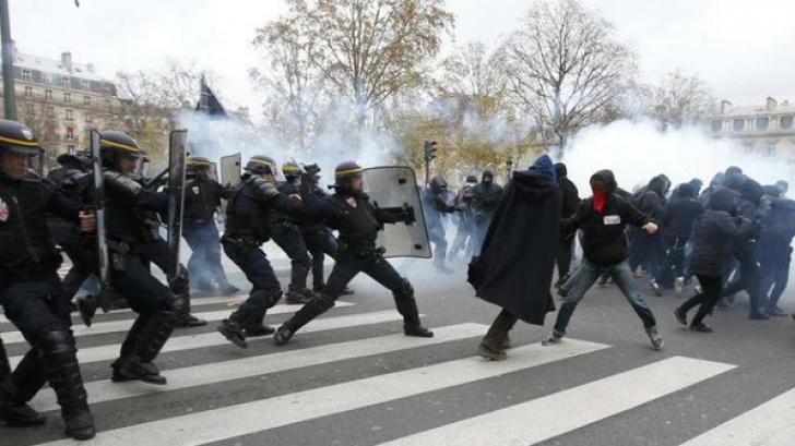 <p>Proteste la Paris. 100 de oameni au fost arestaţi</p>