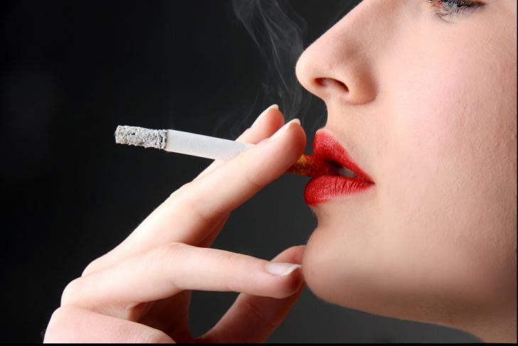 Oraşul unde nu mai ai voie să fumezi nici în casa ta. Ce riscă cei care încalcă interdicția