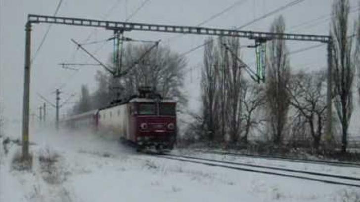 Tren blocat la Drăgănești-Olt. Sute de călători stau în frig
