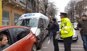 Accident rutier în lanț în Constanţa. Un microbuz cu călători a rămas fără frâne. FOTO