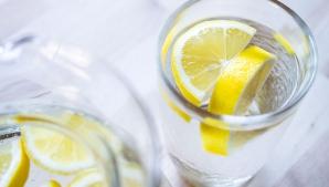 Ce se întâmplă dacă bei, în fiecare zi, o ceaşcă de apă caldă cu o felie de lămâie?