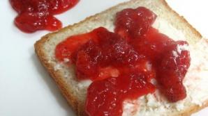 Ce se întâmplă în corpul tău când mănânci pâine albă și gem. E devastator!