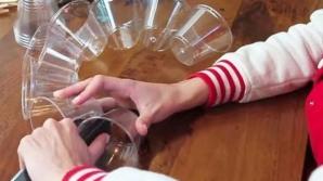 Capsează 50 de pahare din plastic şi obţine o decoraţiune superbă de Crăciun! Ce ingenios!