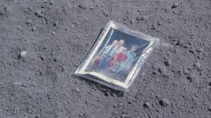 Povestea frumoasă din spatele fotografiei de familie lăsată de un astronaut pe Lună