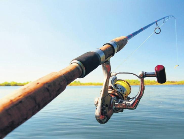 Şocul trăit de un bărbat de 73 de ani, la pescuit. Un monstru i-a sărit în barcă - FOTO