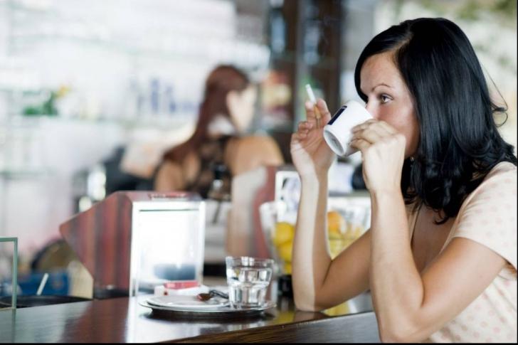 Ce se întâmplă în corpul tău când combini cafeaua cu fumatul. Efectele sunt devastatoare