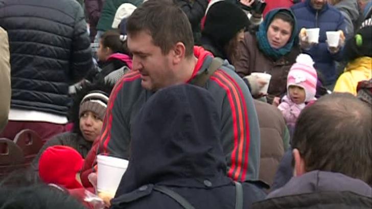 Vedetele au împărţit mâncare oamenilor străzii de Sfântul Nicolae