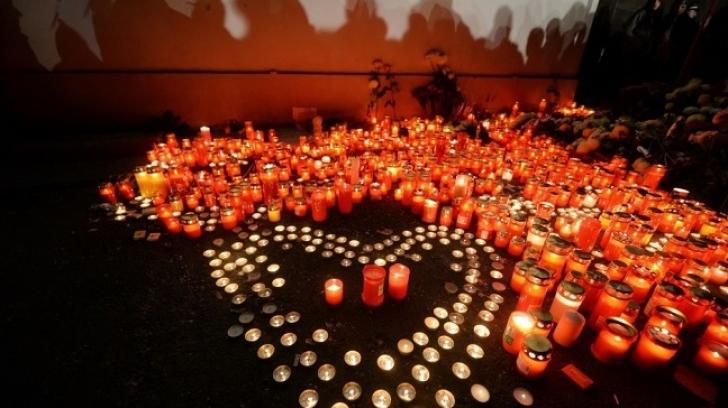 Trei luni de la tragedia din Colectiv! Zeci de persoane au comemorat victimele cu lacrimi și regrete