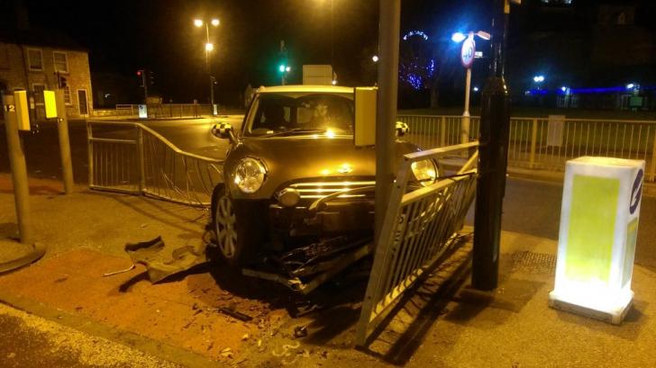 A intrat cu maşina într-un gard, apoi a încercat fugă. Unde l-au găsit poliţiştii e total neaşteptat
