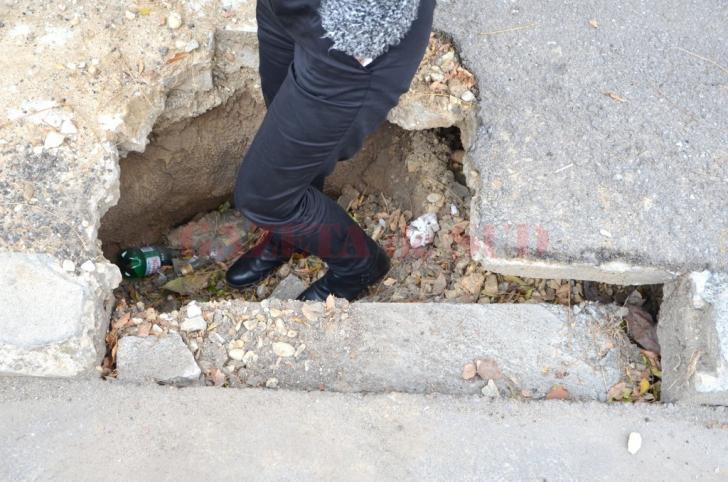 Situatie incredibila la Craiova: crater iscat pe trotuar, de o saptamana, ignorat de toata lumea