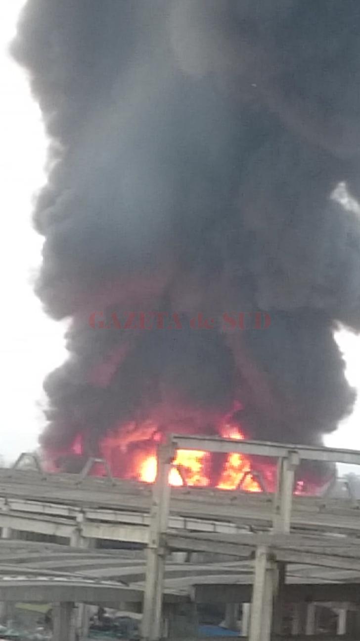 Incendiu masiv la Craiova, în Târgul Municipal Zilnic. Peste 600 de standuri cu haine, în flăcări