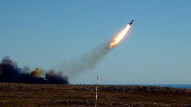 O rachetă a căzut peste un bloc de locuințe, în nordul Rusiei