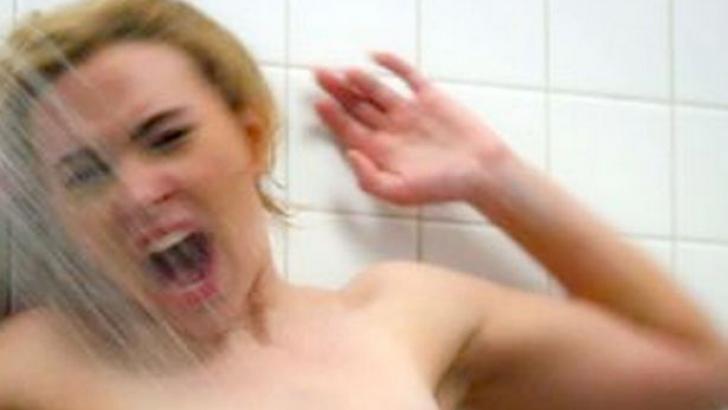 Soţul ei a instalat o cameră video în baie, ca s-o spioneze. Ce a urmat întrece orice imaginaţie