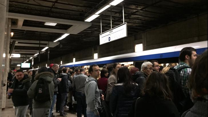 Sute de oameni, blocați la metrou. Principalele stații, extrem de aglomerate