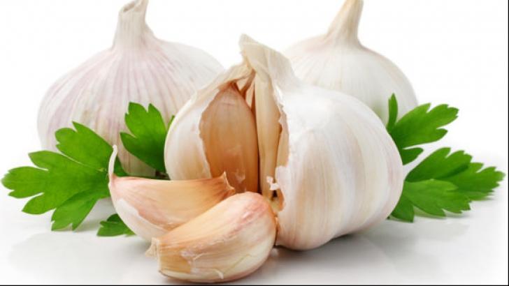Consumă usturoi daca ai o stare de slăbiciune şi dureri de cap. Iată ce efect are!
