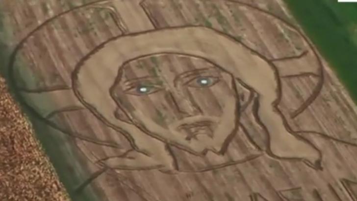 Apariţie bizară pe un câmp. Imaginea care se vede doar din avion