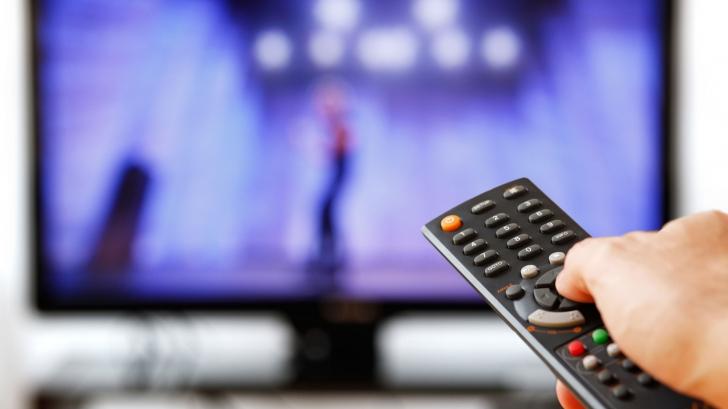 Ce fac românii în timp ce se uită la televizor. 90% dintre ei au recunoscut