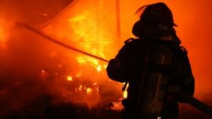 Un mort şi doi răniţi după ce un apartament a luat foc într-un bloc din Constanţa