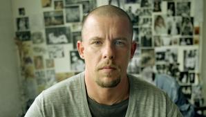 Viaţa creatorului de modă Alexander McQueen va fi transpusă într-un film