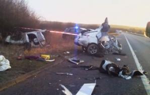 Maşina s-a rupt pur şi simplu în două! Ce s-a întâmplat cu şoferul i-a uluit pe salvatori
