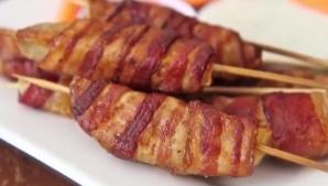 Înveleşte cartofii tăiaţi felii în bacon. O idee genială pentru o reţeta simplă