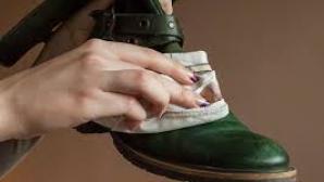 Aşa cureţi petele de sare lăsate de zăpadă pe cizme