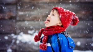 Nu lăsaţi copiii să mănânce zapadă! Află motivul