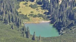 Legenda lacului fără fund din Munţii Şureanu: un monstru îi trage pe înotători sub apă
