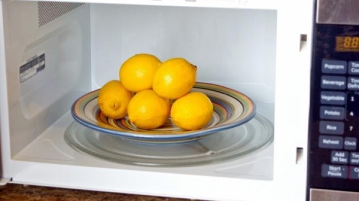 De ce trebuie să încălzeşti lămâile în cuptorul cu microunde înainte de a le stoarce