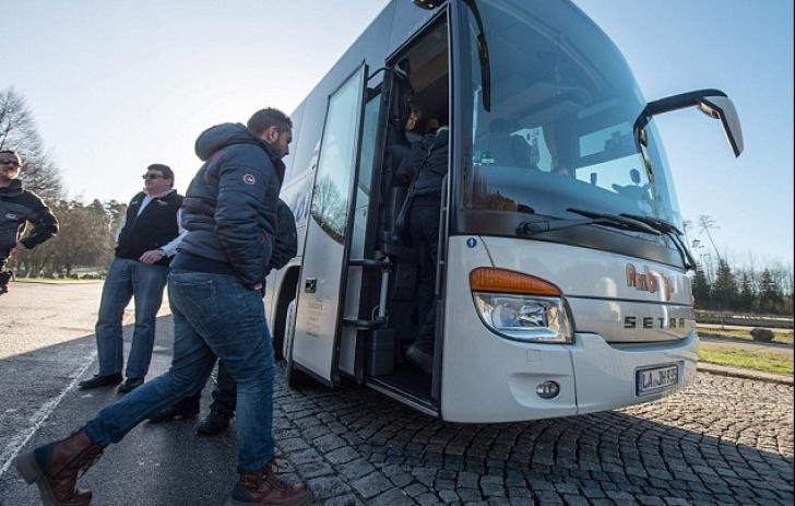 Gestul făcut de un politician german: a trimis un autocar plin cu refugiaţi la biroul Angelei Merkel