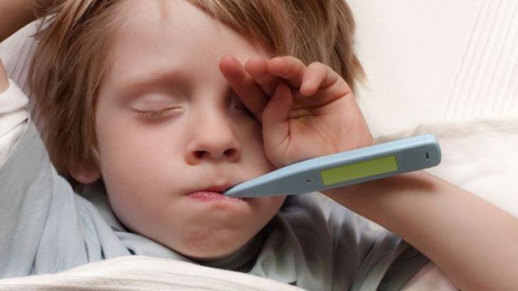 Greşeala pe care o fac toţi părinţii când copiii fac febră. Avertismentul medicilor