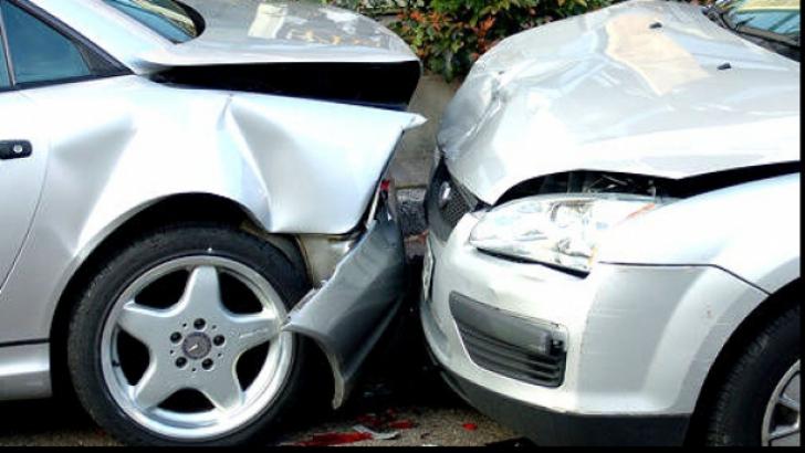 Accident rutier în Iaşi. Două maşini s-au ciocnit violent