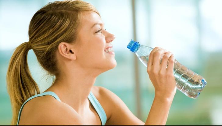 10 semne că bei prea puțină apă. Ce boli poți face