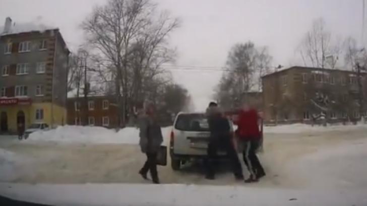 Cum se termină o bătaie în trafic, în Rusia. Finalul e complet neaşteptat!