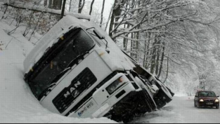 Traficul este blocat pe DN1 H. TIR-urile au rămas în zapadă