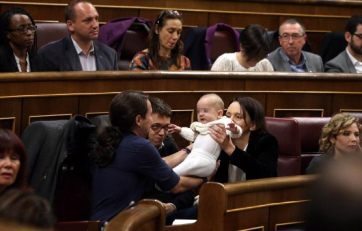Scandal în Parlamentul spanion după ce un deputat şi-a alăptat bebeluşul în plen