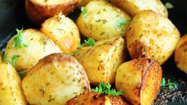 Aşa faci cei mai buni cartofi la cuptor. Ingredientul care face toată diferenţa