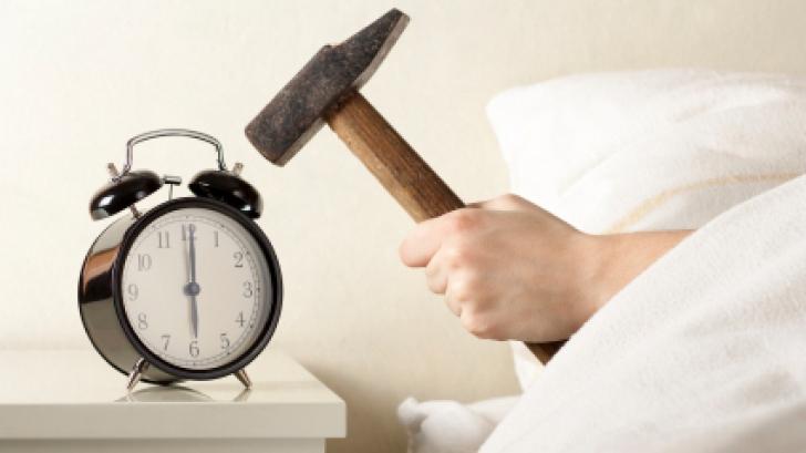 8 obiceiuri care îţi fac dimineţile mai grele. De ce nu e bine să te uiţi la TV la prima oră