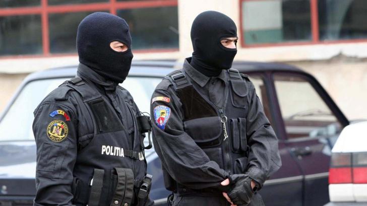 Percheziții în București: trei persoane, reținute pentru trafic de droguri