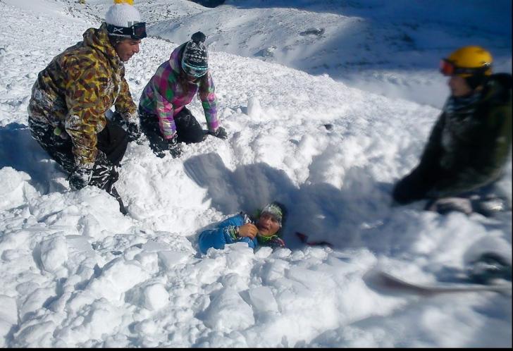 Ce trebuie să faci dacă ai fost prins sub o avalanșă
