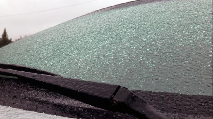 Curăță gheața de pe parbrizul mașinii în 60 de secunde cu acest amestec.E mai simplu decât credeai!