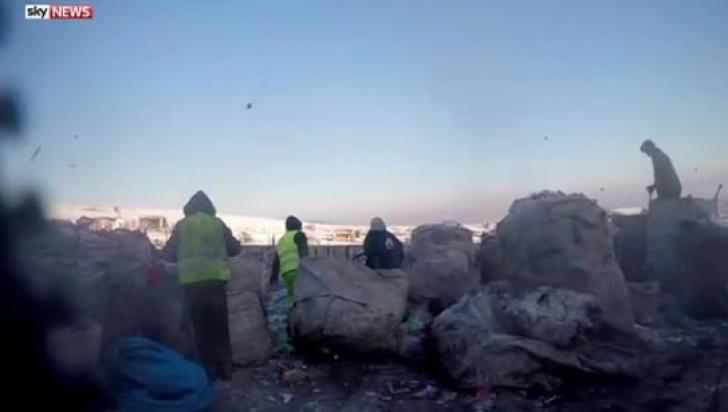 Reportaj Sky News în România. Gunoieri şi sclavi economici, forţaţi să trăiască printre deşeuri