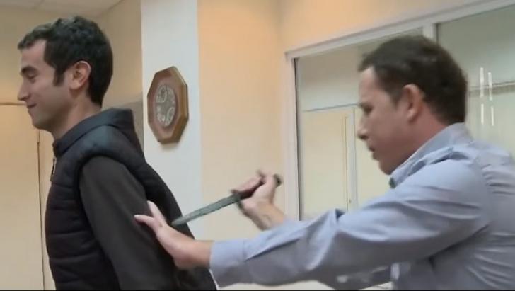 Un reporter a testat în direct o vestă anti-înjunghiere. Au urmat clipe de coşmar