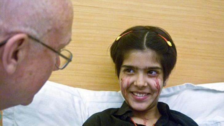Fetiţa asta suferă de o boală misterioasă. Pe faţa ei apar picături de sânge