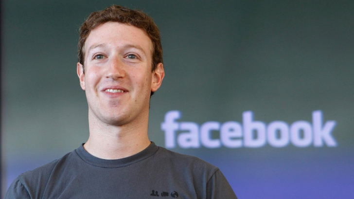 Şeful Facebook a postat o fotografie de milioane. Îşi învaţă micuţa să înoate