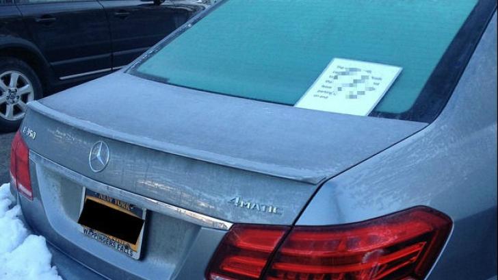 A găsit mașina zgâriată, în parcare, și un bilet lipit pe ea. Nu i-a venit să creadă ce a citit