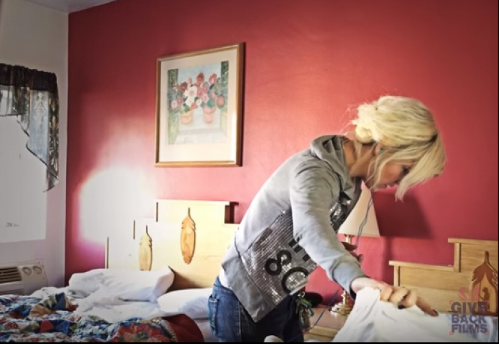 Făcea curat în camera de hotel, când a ridicat așternutul. A încremenit! Ce era ascuns pe pat
