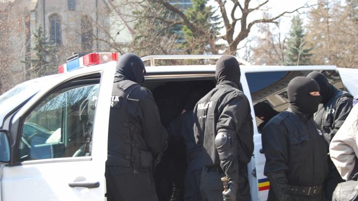 Primarul și viceprimarul din Hârlău, arestați la domiciliu, suspendați din funcție de subprefect